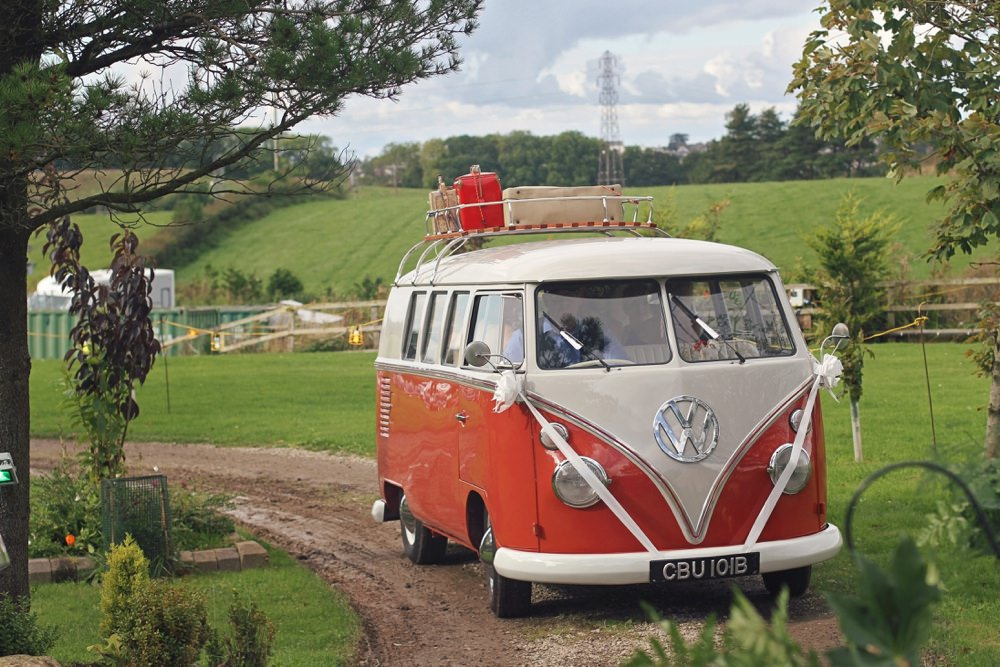 groom and bride arrive at Tipis in the VW beetle